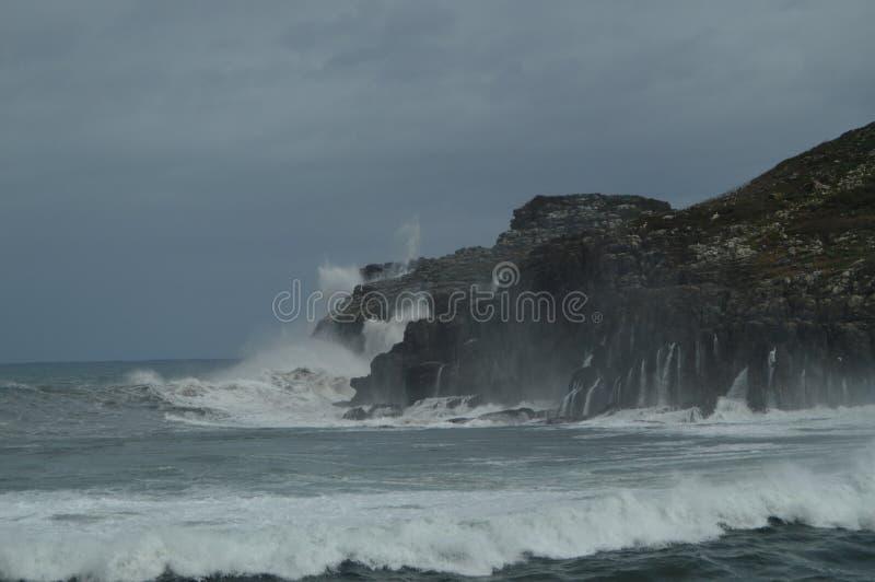 Instantâneos maravilhosos recolhidos o porto de Lekeitio de Huracan Hugo Breaking Its Waves Against o porto e as rochas do lugar foto de stock