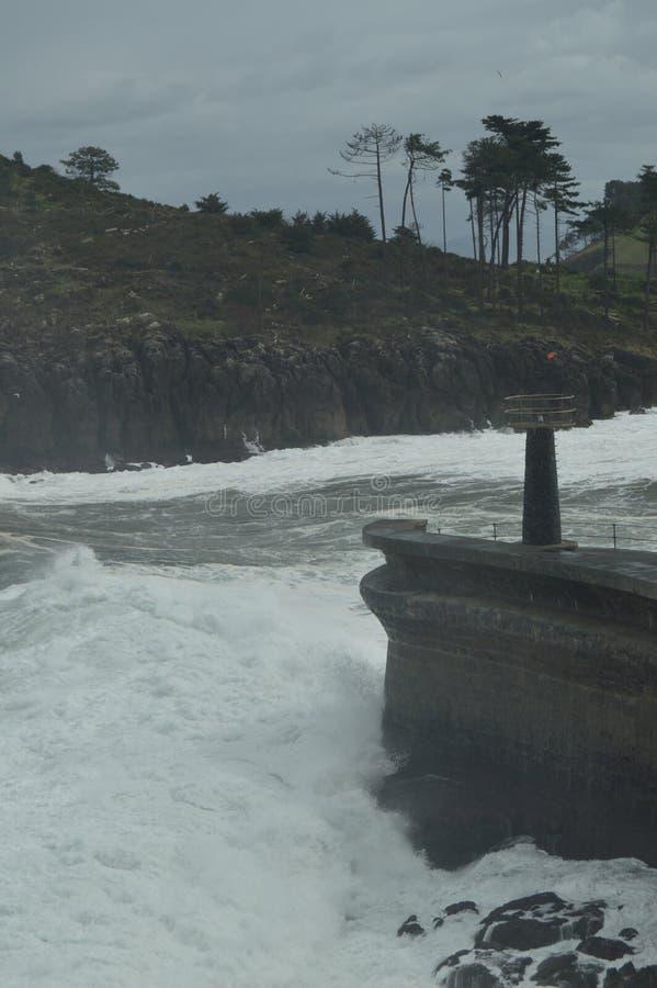 Instantâneos maravilhosos recolhidos o porto de Lekeitio de Huracan Hugo Breaking Its Waves Against o porto e as rochas do lugar imagem de stock