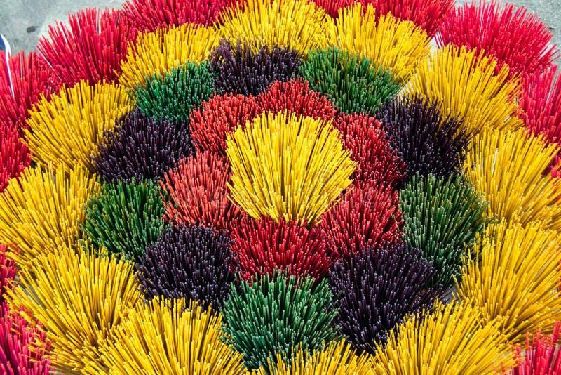 Instant?neo colorido dos incenso As varas coloridas do incenso indicaram em uma loja na matiz, Vietname fotos de stock