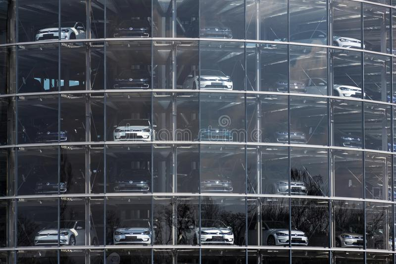 Insteek hybride Volkswagen-bevindt de e-golf elektrische auto's zich achter glas in Glaserne Manufaktur - Transparante Fabriek, D stock foto