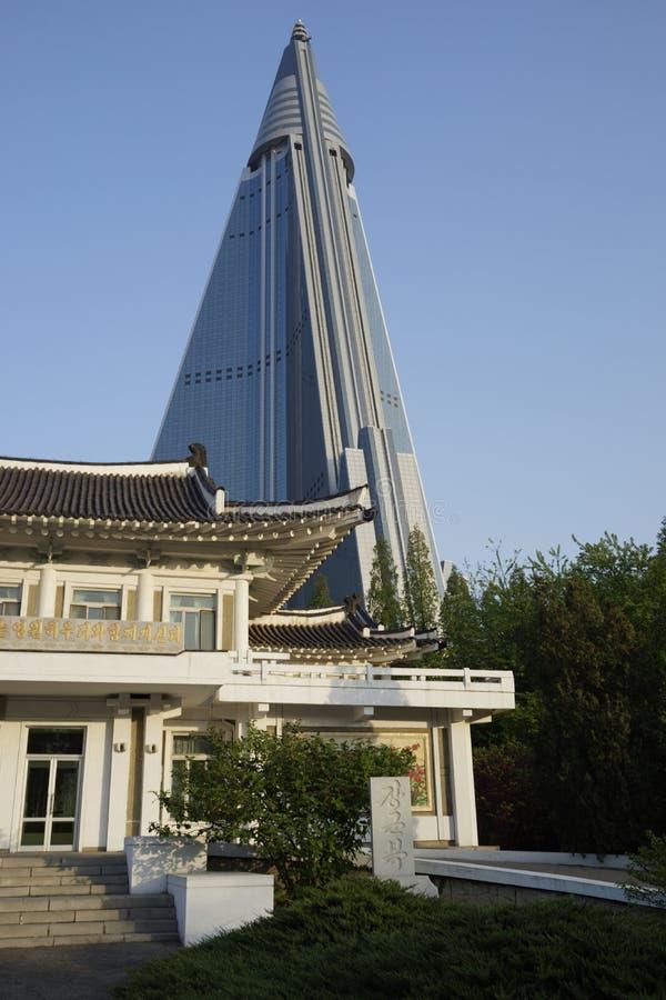 Institut de broderie de Pyong Yang et hôtel de Ryugyong, DPRK (Corée du Nord) photographie stock libre de droits