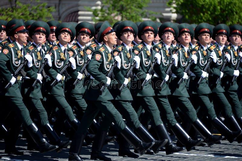 Institut militaire de Saratov de cadets des troupes de garde nationale pendant un défilé sur la place rouge en l'honneur du jour  photos stock