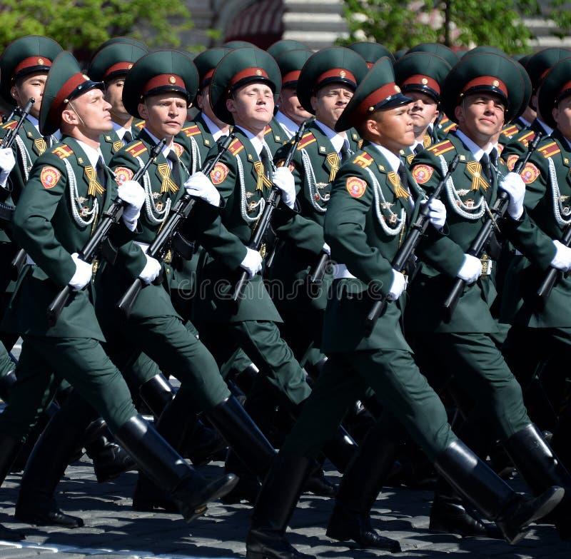 Institut militaire de Saratov de cadets des troupes de garde nationale pendant un défilé sur la place rouge en l'honneur du jour  image stock