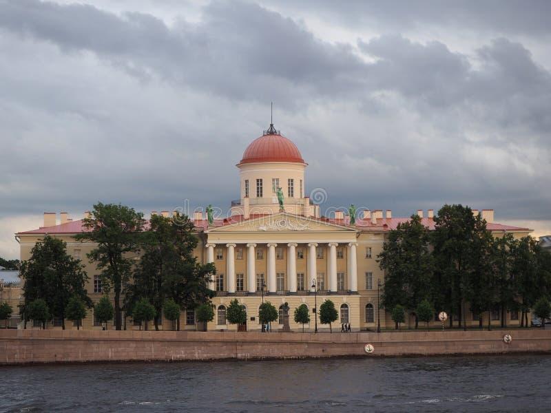 Instituto de la literatura rusa la casa de Pushkin en St Petersburg fotos de archivo libres de regalías