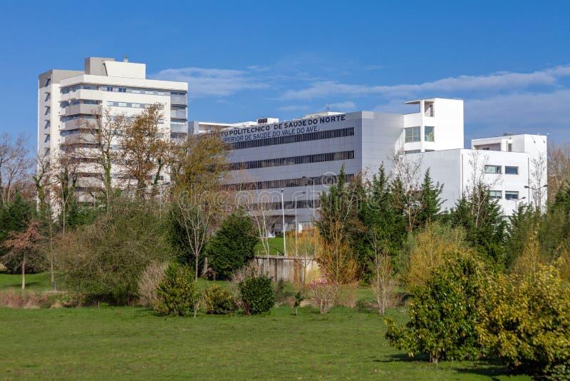 Instituto Politecnico De Saude robi Norte, nauki medyczne uniwersytet widzieć od Parque da Devesa Miastowego parka zdjęcia royalty free