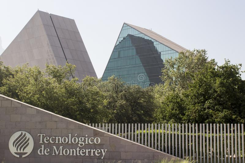 Instituto Tecnolà ³ gico y de Estudios蒙特雷Superiores的大门在蒙特雷,新莱昂州,墨西哥 免版税图库摄影