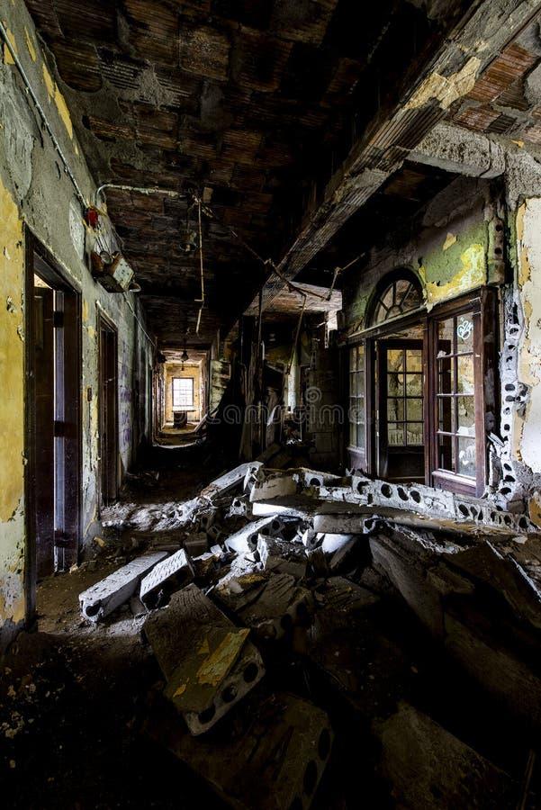 Instortende Gang - het Verlaten Ziekenhuis & Verpleeghuis stock afbeelding