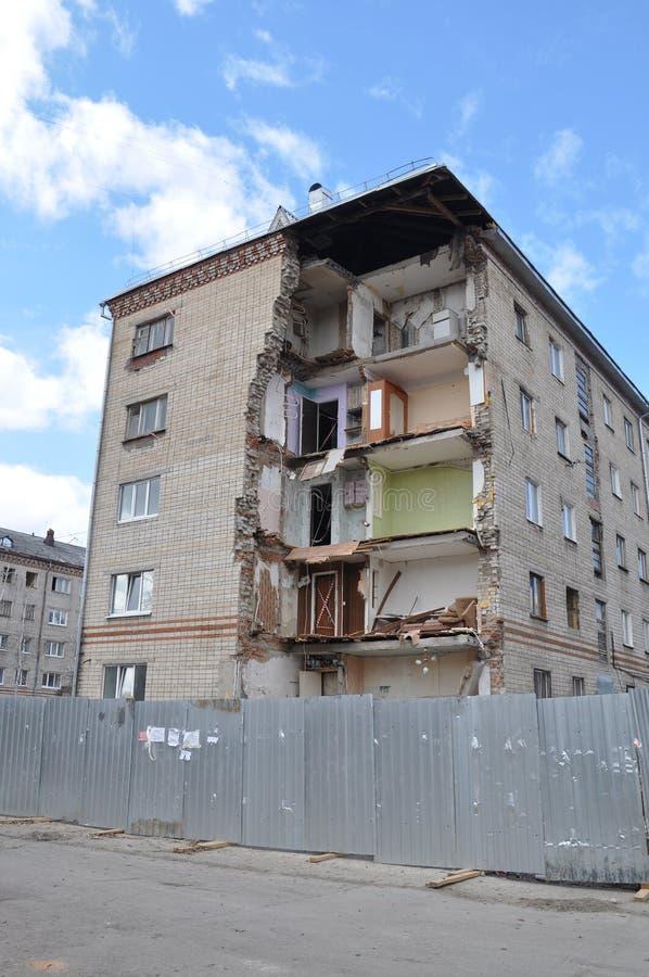 Instorting van een hoek van gewoonde in het vijf-vloer huis Tyumen, stock fotografie