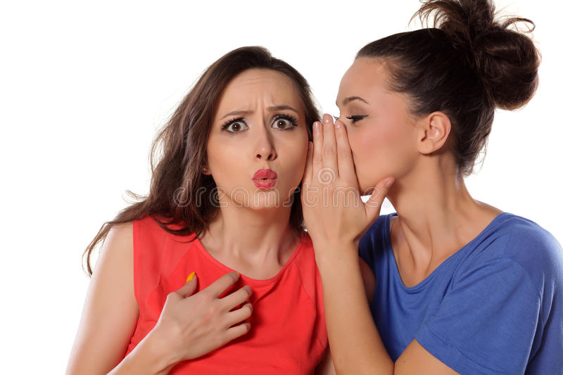 instreet di pettegolezzo delle ragazze del caffè che si siede comunicando due giovani della donna fotografia stock libera da diritti