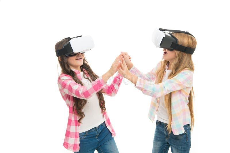 Instrução moderna Tecnologias alternativas da educação Educação virtual As crianças vestem o hmd para explorar virtual ou aumentá imagens de stock