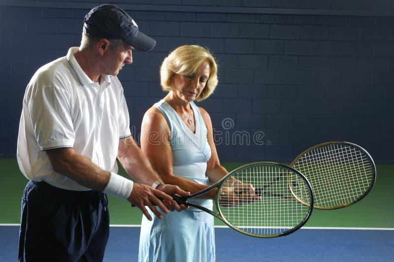 Instrução sênior do tênis imagens de stock royalty free