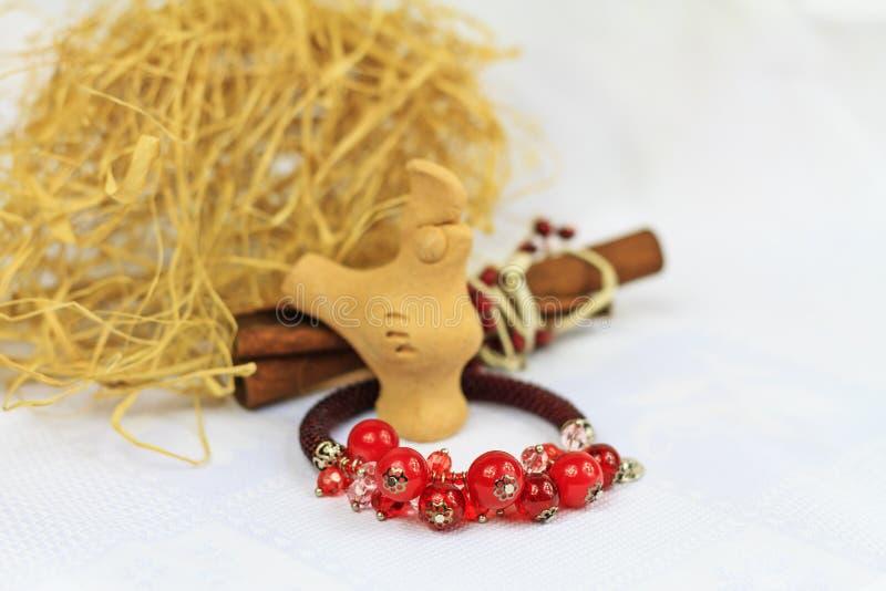 Instruções feitos a mão bracelete da joia e galo da argila imagem de stock royalty free