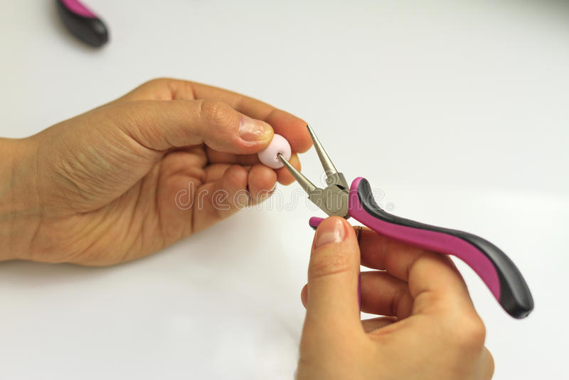 Instruções feitos a mão bracelete da joia e galo da argila foto de stock