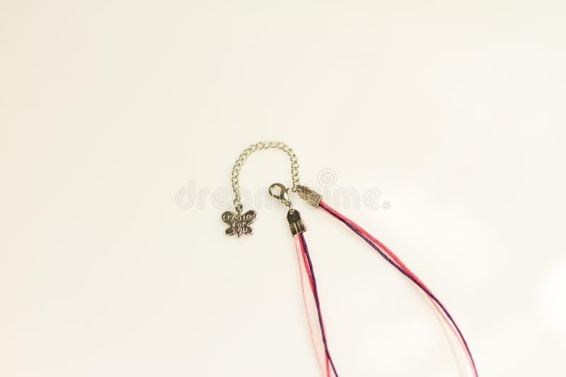 Instruções feitos a mão bracelete da joia e galo da argila imagens de stock