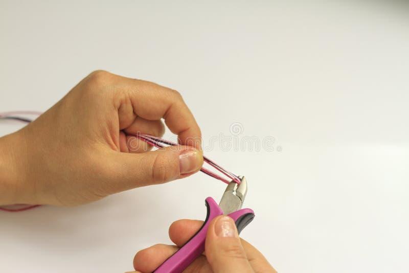 Instruções feitos a mão bracelete da joia e galo da argila fotos de stock royalty free