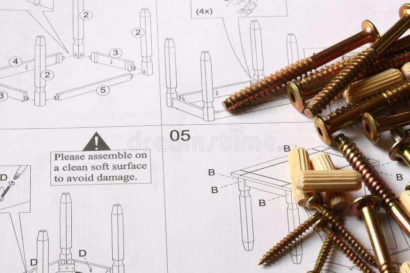 Instrucciones de los muebles con las fijaciones fotografía de archivo