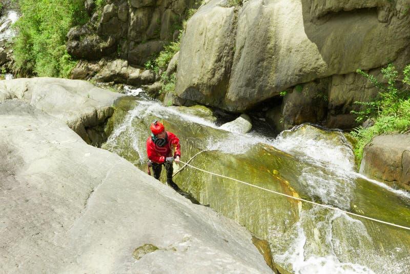 Instructeur de descente de canyon de cascade photo stock