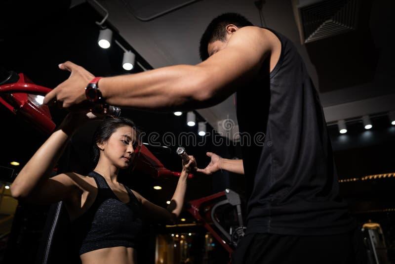 Instructeur de forme physique avec la fille sur la formation au centre de fitness photos libres de droits