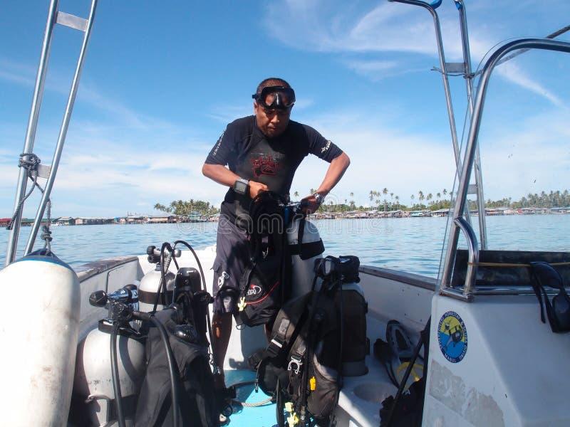 Instructeur de piqué préparant l'équipement de plongée images stock