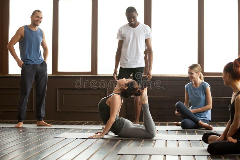Instructeur de yoga exécutant l'exercice avancé de bhudjangasana de rajah image libre de droits