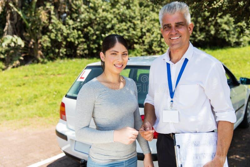 Instructeur die rijbewijs overhandigen royalty-vrije stock foto