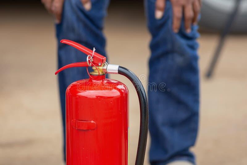 Instructeur die tonen hoe te een brandblusapparaat te gebruiken op een opleiding stock afbeeldingen