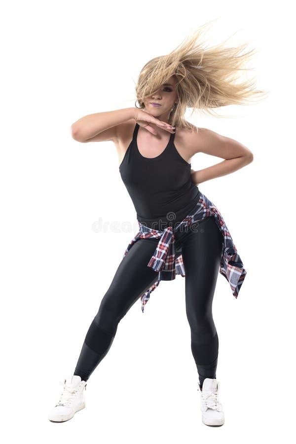 Instructeur die van de de dansaerobics van de vrouwen de moderne jazz passionately met stromend slonzig haar dansen royalty-vrije stock afbeelding