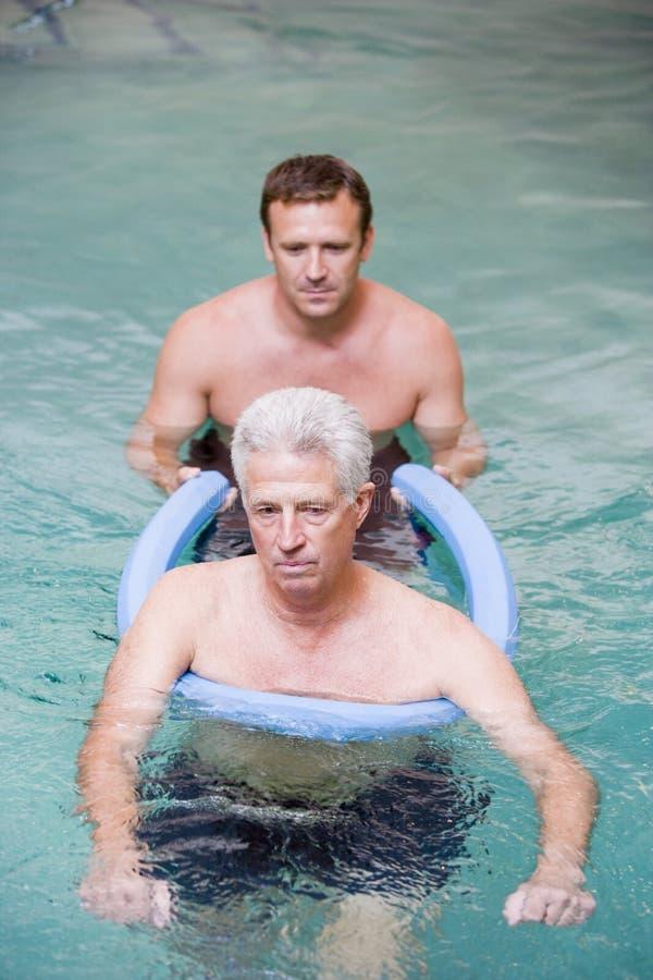 Instructeur en Patiënt die de Therapie van het Water ondergaan royalty-vrije stock afbeelding
