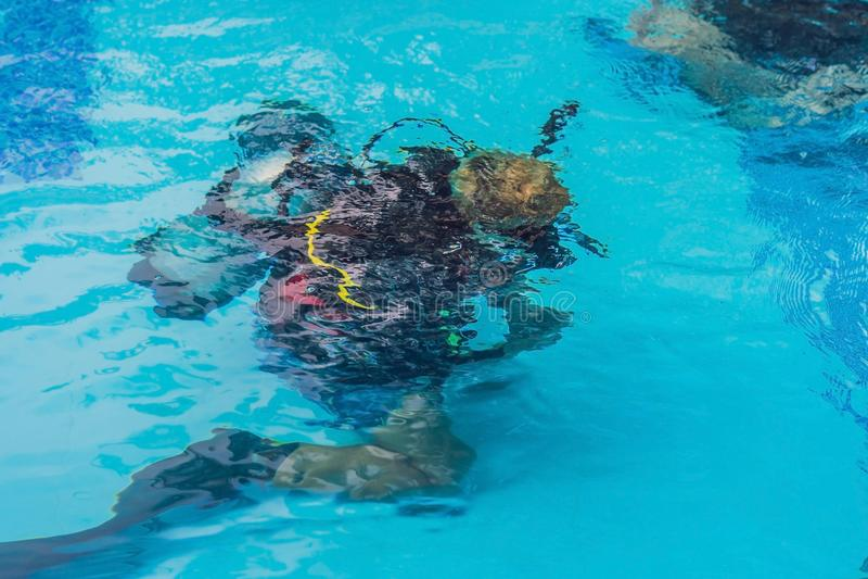 Instructeur et étudiants de plongée L'instructeur enseigne des étudiants à plonger photographie stock