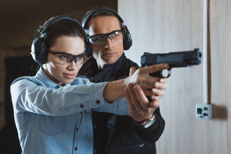 instructeur masculin aidant la participation femelle attrayante de client photos stock