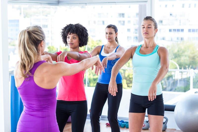 Instructeurs aantonende oefening aan vrouwen royalty-vrije stock afbeelding