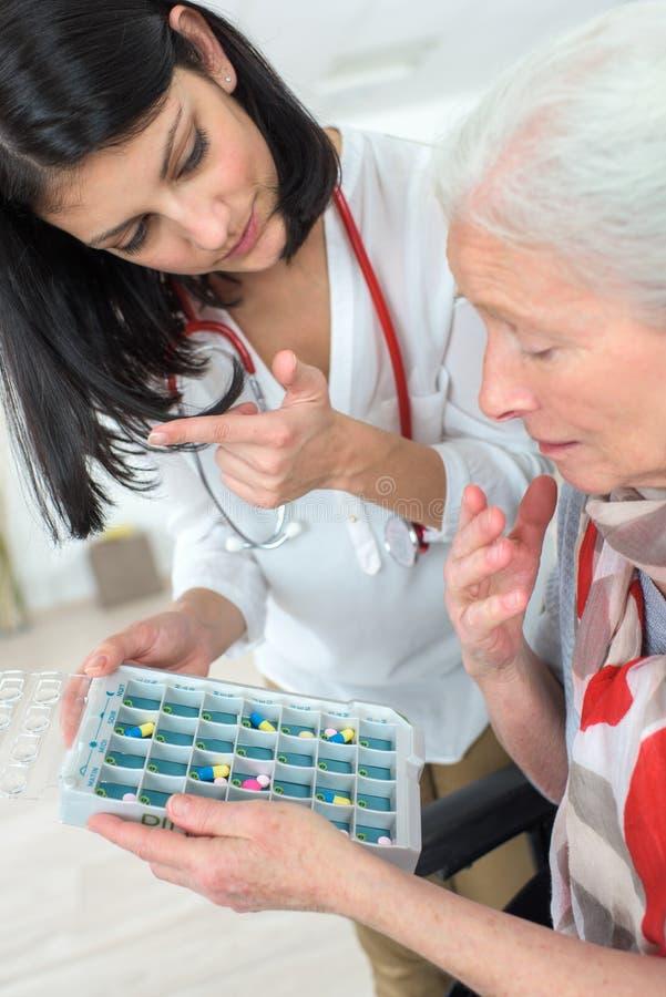 Instructie bij de pillen` dosering stock foto
