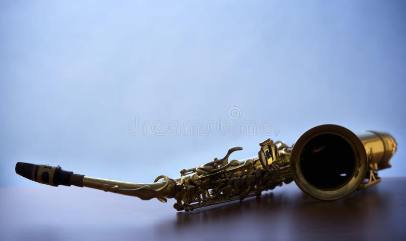 Instruction-macro de saxophone sur le panneau en bois, éclairé à contre-jour image stock