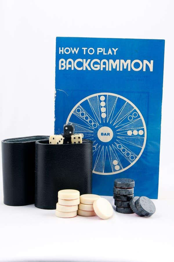 Instructions et jeu de backgammon sur le fond blanc image stock