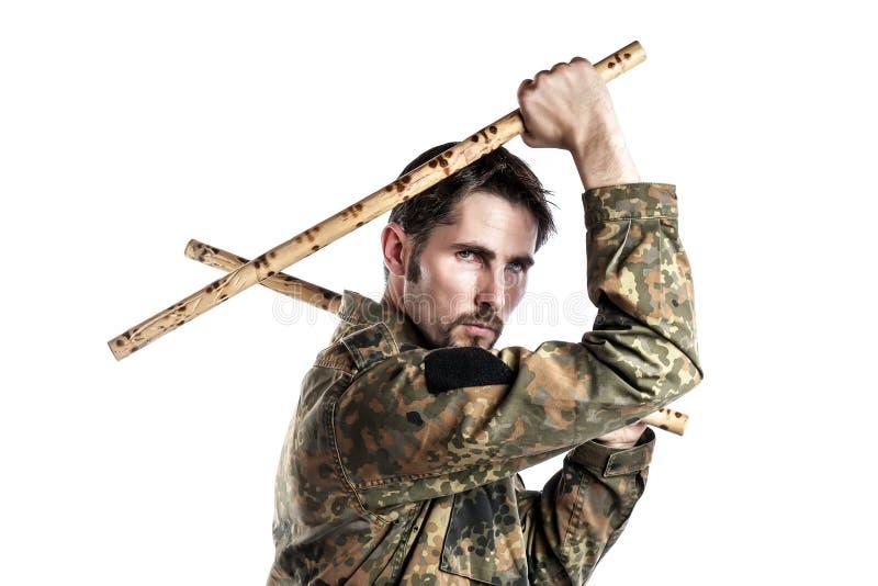 Instructor de la autodefensa con los palillos de bambú imagen de archivo