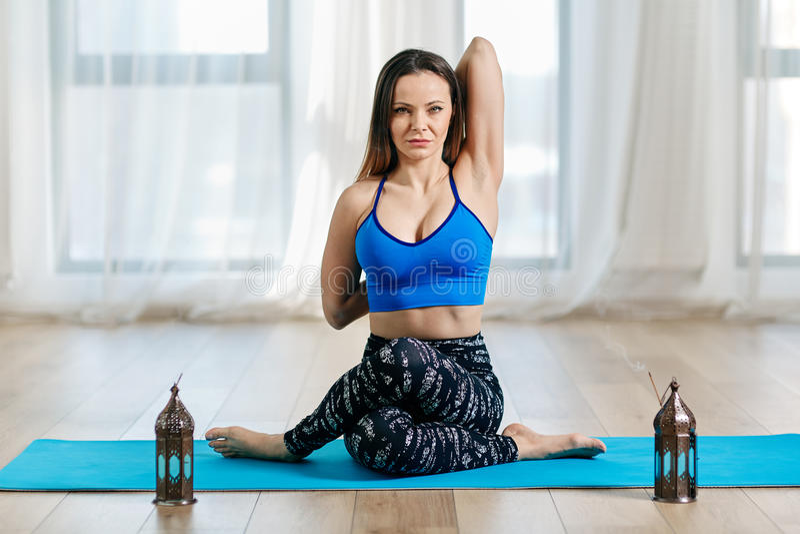 Instructor de la yoga en gomukhasana foto de archivo libre de regalías