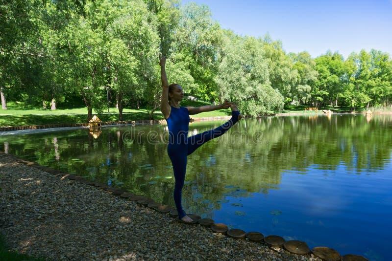 Instructor de la yoga imagen de archivo libre de regalías