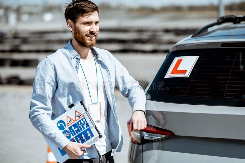 Instructor de los conductores en el terreno de entrenamiento foto de archivo libre de regalías