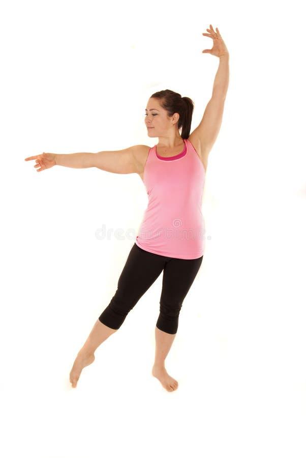 Instructor de sexo femenino de la yoga durante calentamientos fotografía de archivo