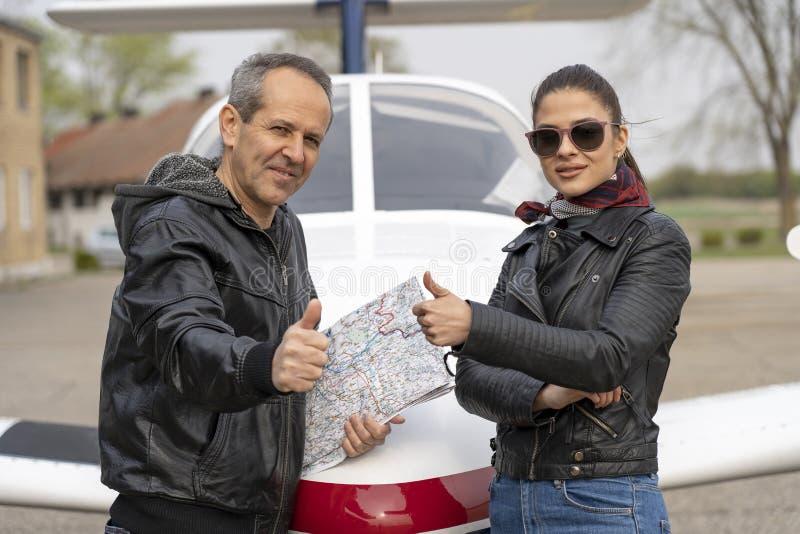 Instructor del vuelo y piloto de estudiante Giving Thumbs Up imágenes de archivo libres de regalías