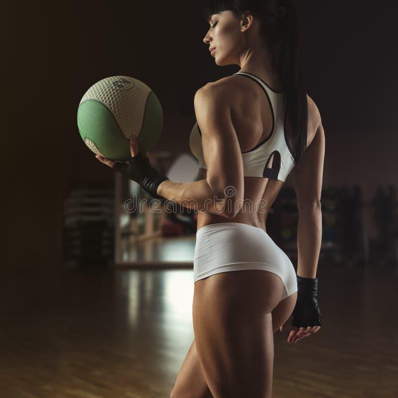 Instructor hermoso de los pilates que sostiene una bola de la aptitud fotos de archivo