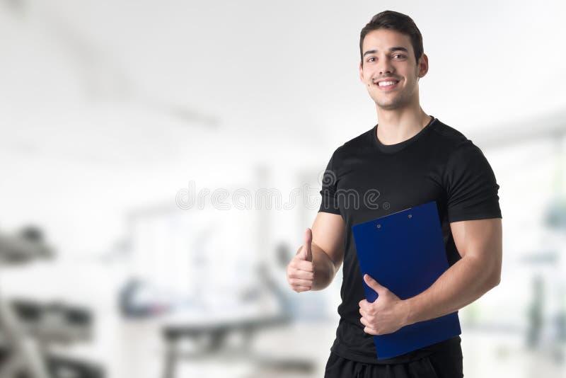 Instructor personal en un gimnasio imágenes de archivo libres de regalías