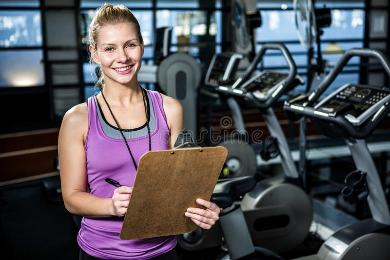 Instructor sonriente que sostiene el tablero imagen de archivo