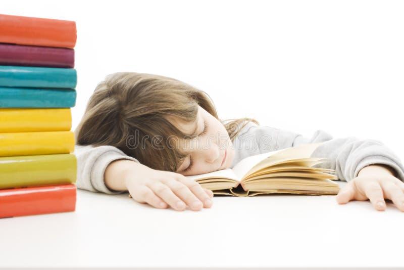 Instruisez la fille étudiant au bureau étant fatigué. photos libres de droits