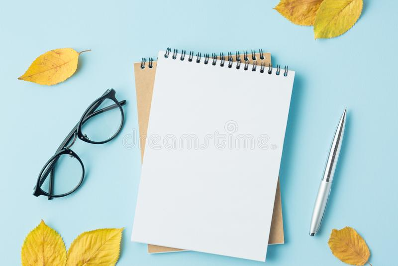 instruisez le carnet sur un fond bleu avec des feuilles d'automne photos libres de droits