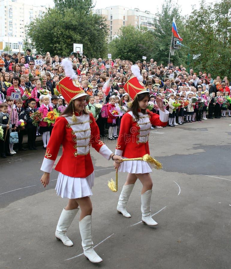 Instruisez le défilé de fille le 1er septembre - jour commençant russe d'année scolaire photo libre de droits