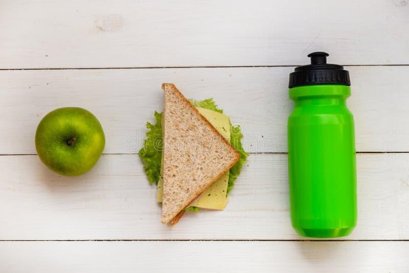 Instruisez le petit déjeuner, sandwich, Apple, bouteille photographie stock