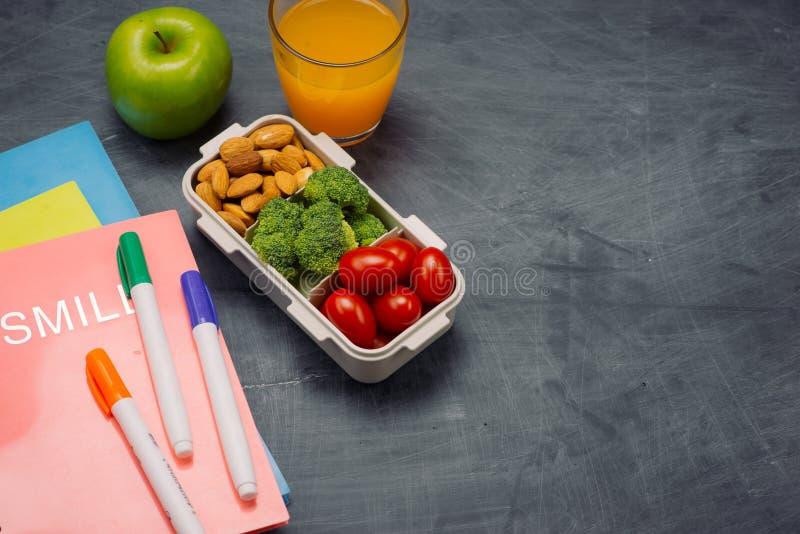 Instruisez le petit déjeuner sur le bureau avec des livres et le stylo à bord du fond photos stock