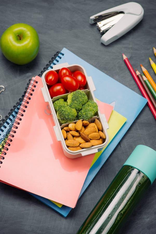 Instruisez le petit déjeuner sur le bureau avec des livres et le stylo à bord du fond photo libre de droits