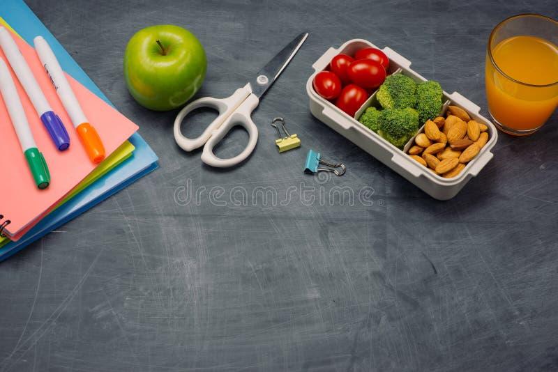 Instruisez le petit déjeuner sur le bureau avec des livres et le stylo à bord du fond images stock